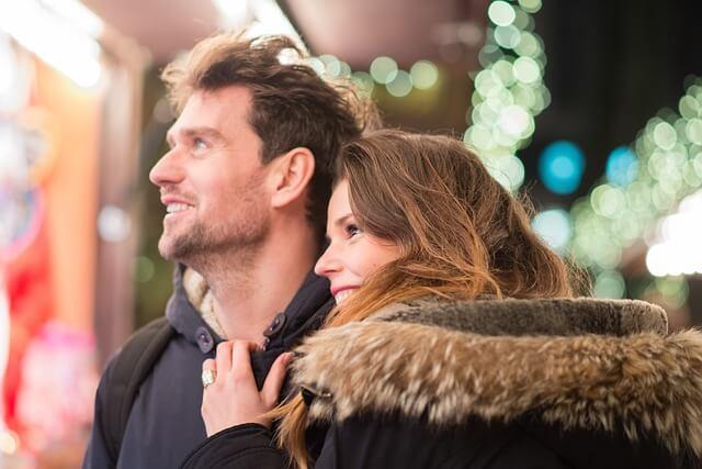 couple heureux avec une femme amoureuse