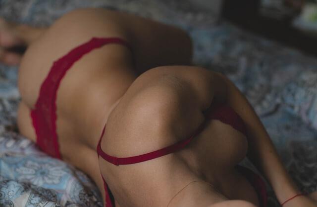 comment éjaculer moins vite: Belle fille en lingerie érotique sur un lit