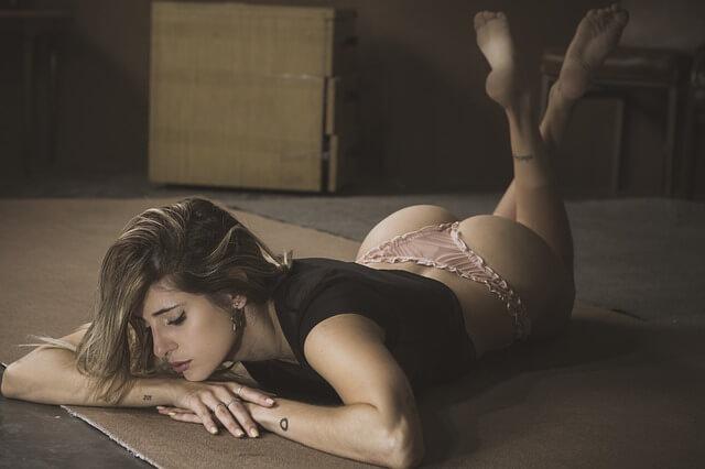 belle femme allongée sur le ventre en lingerie érotique