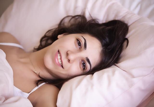 comment avoir un plus gros penis: femme heureuse dans un lit